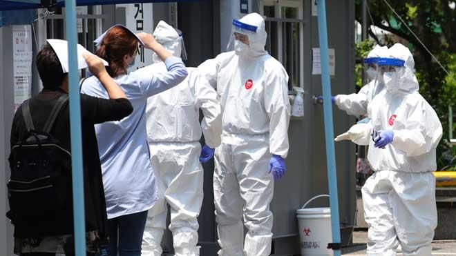 Corea del Sur registra el peor repunte de casos desde el 5 de abril. En la foto, ciudadanos de Bucheon, al sur del país, esperan para hacerse un test.