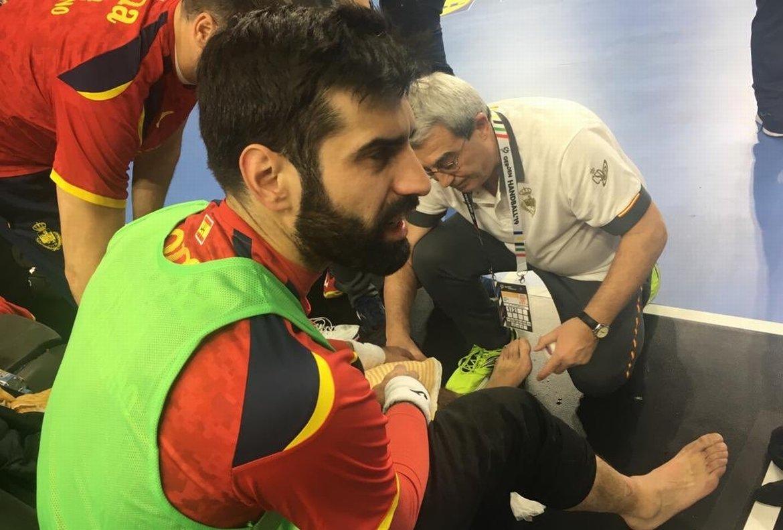 Corrales es atendido en la rodilla tras caerle un panel publicitario de leds.
