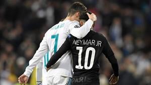 Cristiano Ronaldo y Neymar se abrazan tras el duelo de ida de octavos de la Champions.