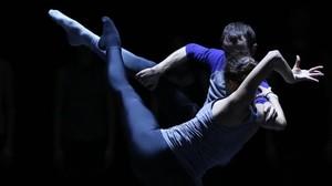 Dos bailarines de laDresden Frankfurt Dance Company en una escena de Metamorphers.