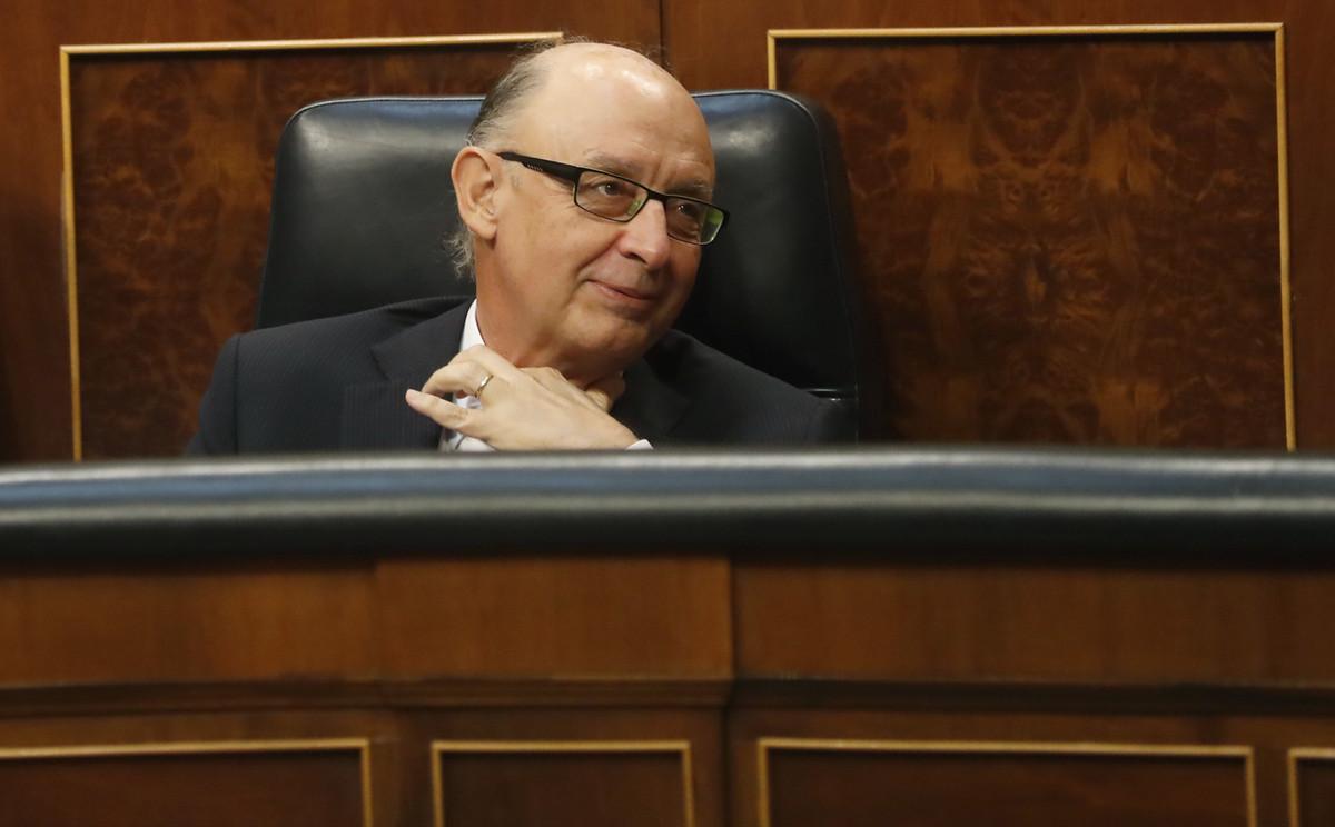 -FOTODELDIA- GRA283. MADRID, 29/05/2017.- El ministro de Hacienda, Cristóbal Montoro, esta tarde en el pleno del Congreso, en la primera sesión de debate y votación de enmiendas parciales a los Presupuestos Generales del Estado de 2017. EFE/Javier Lizon