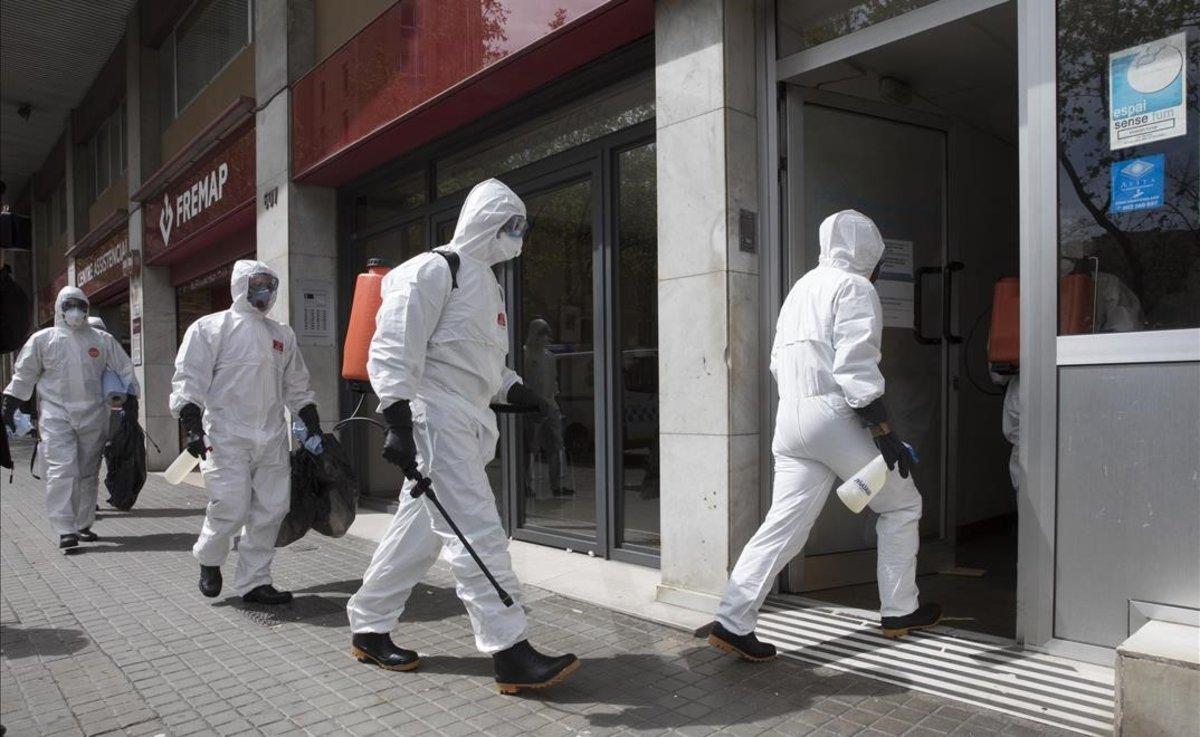 Miembros de la UME desinfectando una residencia de ancianos.