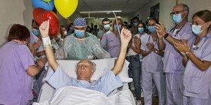 El personal sanitario del Hospital General de Alicante le ha rendido una emotiva despedida al ser trasladado a planta.