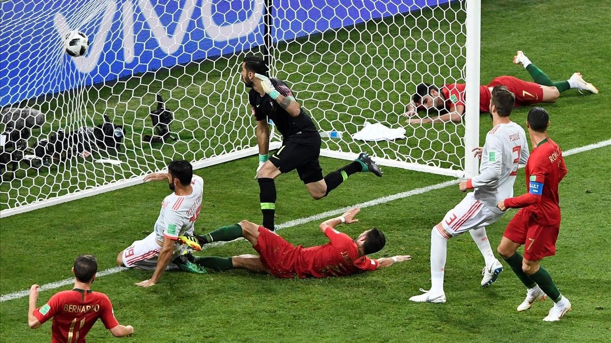 Diego Costa marca su segundo gol a Portugal.