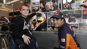 Dillon Chapman señala la moto de Dani Pedrosa, en presencia del tricampeón catalán, el pasado sábado, en el circuito británico de Silverstone.