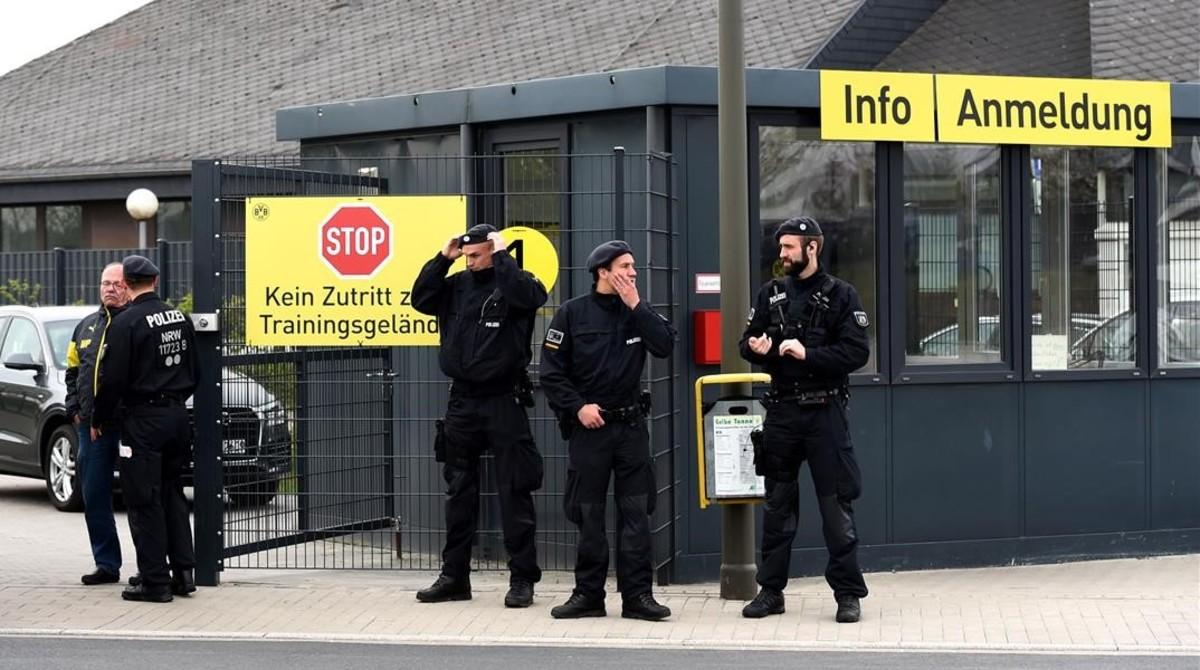 Policías custodiando la entrada principal del campo de entrenamiento del Dortmund, en Brackel.
