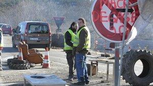 Dos chalecos amarillos bloquean una carretera en Dions, el pasado martes.