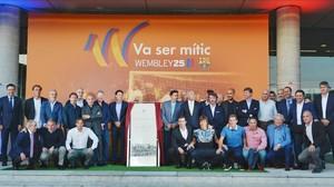 El Dream Team de Cruyff posa con el monolito en la puerta 14 del Camp Nou.