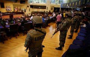 El Congreso de El Salvador custodiado por militares.