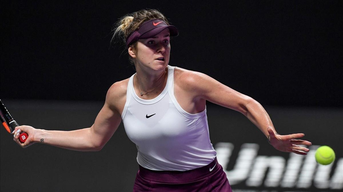 Elina Svitolina devuelve un golpe contra Bencic en las semifinales de Shenzhen