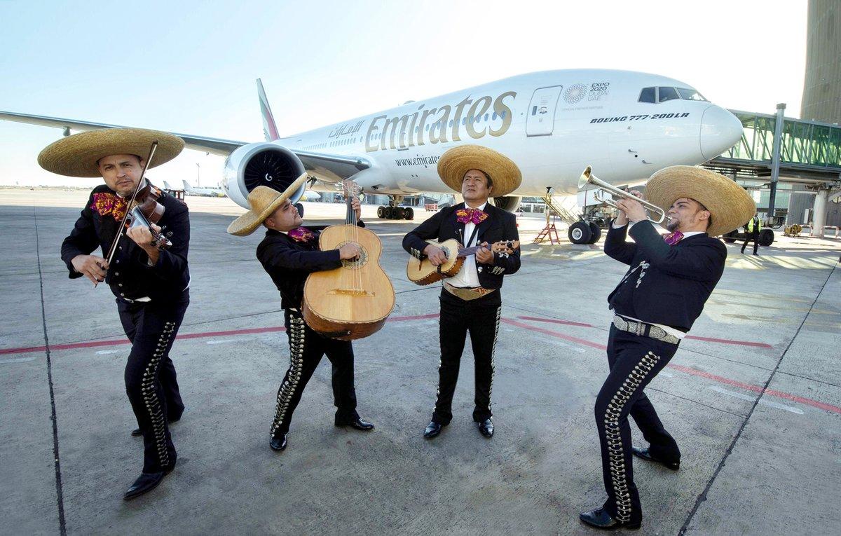 Mariachis en el aeropuerto de El Prat, junto al avión de Emirates que conecta Dubái, Barcelona y México.