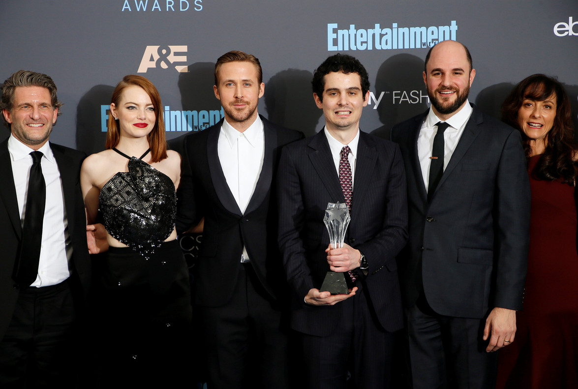 El equipo de La la land. De izquierda a derecha, Gary Gilbert, Emma Stone, Ryan Gosling, Damien Chazelle, Jordan Horowitz y Mary Zophres.