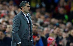 Ernesto Valverde, en el campo del Liverpool.