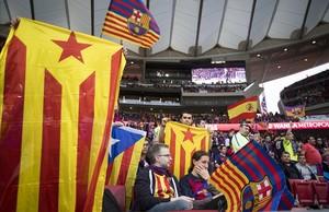 Estelades y una bandera de España en la grada.