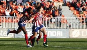 Esther González celebra el segundo gol del Atlético al Valencia.