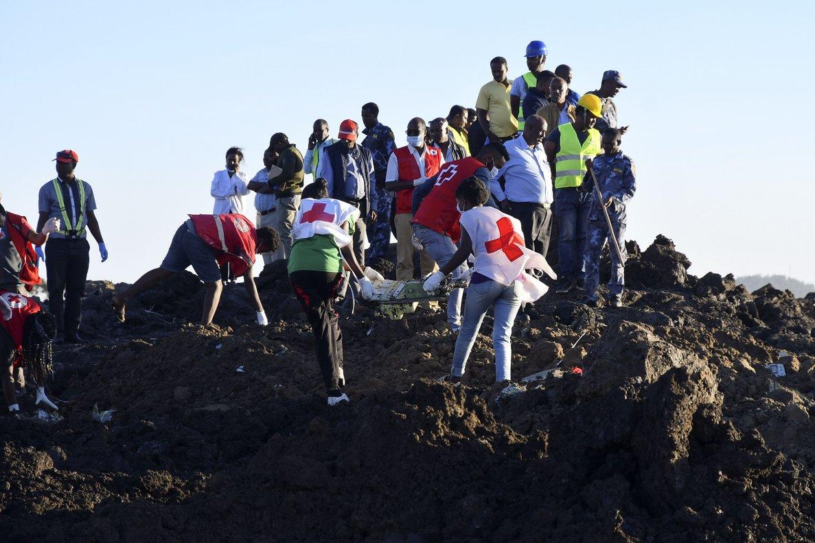 Trabajos de rescate por el accidente aéreo en Etiopía. EFE