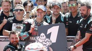 Fabio Quartararo, de 20 años, celebra su segunda pole de la temporada con todo su equipo.