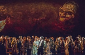 La mezzosproano estadounidnese Marianne Cornetti que encarna a la gitana Azucena (centro) en una escena junto al coro del Gran Teatre del Liceu en Il Trovatore, de Verdi.