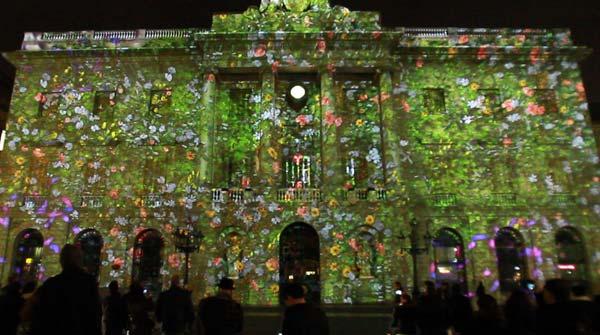 La fachada del Ajuntament, iluminada para la Festa de la Llum, una previa del montaje para las fiestas de Santa Eulalia.
