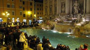 Numerosos turistas ante la Fontana di Trevi, en Roma.