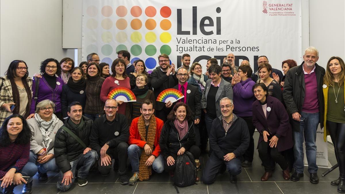Foto de familia de activistas y responsables del borrador del anteproyecto de ley valenciana LGTBI.