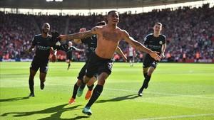 Gabriel Jesus, sin camiseta, celebra el gol al Southampton en el minuto 93 que permitía al Manchester City llegar a 100 puntos.