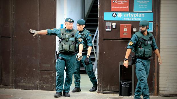 La Guàrdia Civil entra en impremtes per buscar paperetes i cartells de l'1-O.