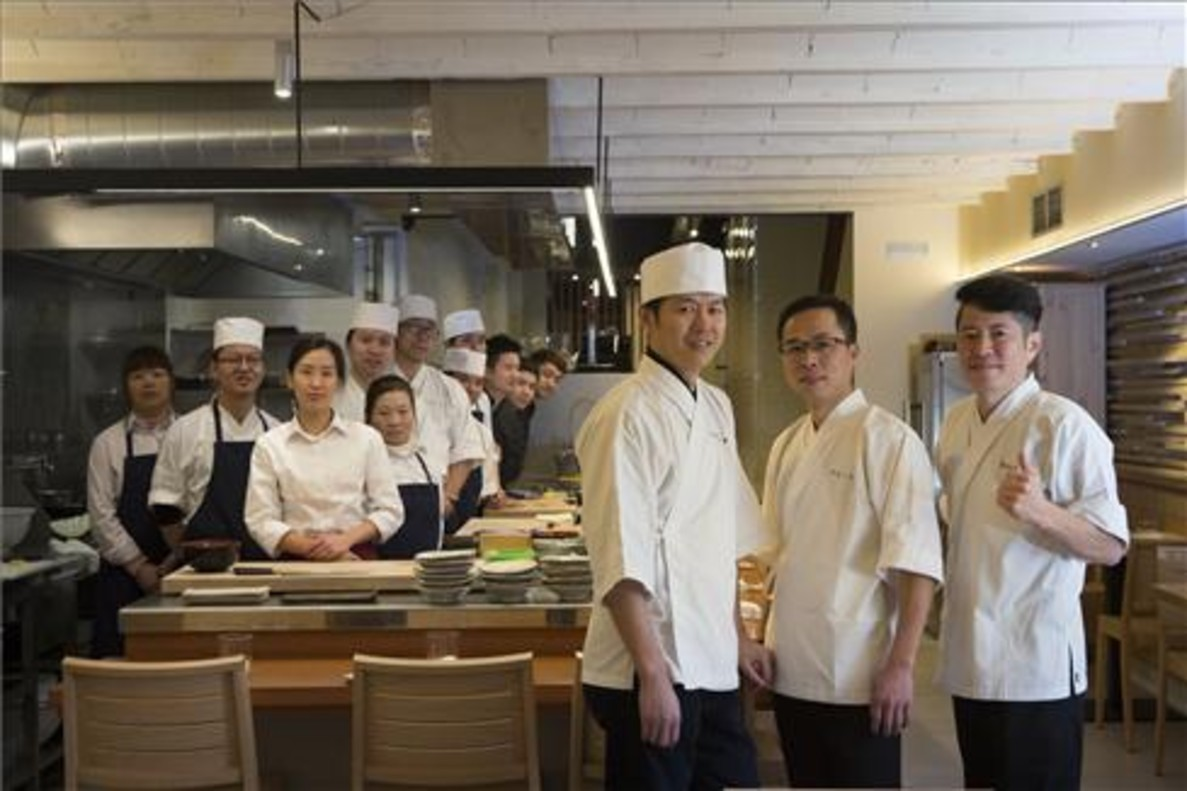 Hideki (izquierda) con Hailing Ye, Chang-Jiang Lin y el equipo de Majide. Foto: Albert Bertran