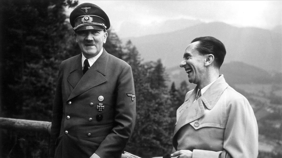 Hitler y su ministro de Propaganda, Joseph Goebbels, en 1943.