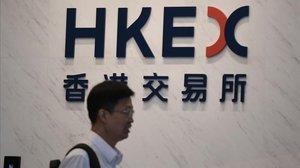 Un hombre pasa frente a la sede deHong Kong Exchanges and Clearing (HKEX).