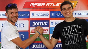 Husillos (izquierda) y Hortelano chocan manos en la presentación del mitin de Madrid
