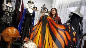 Alassie, en el showroom-taller de El Costurero Real, en L'Hospitalet, muestra uno de sus diseños decapas con forma de alas.