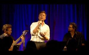 El cantante actúa acompañado por Marc Sambola y Berenguer Aina.