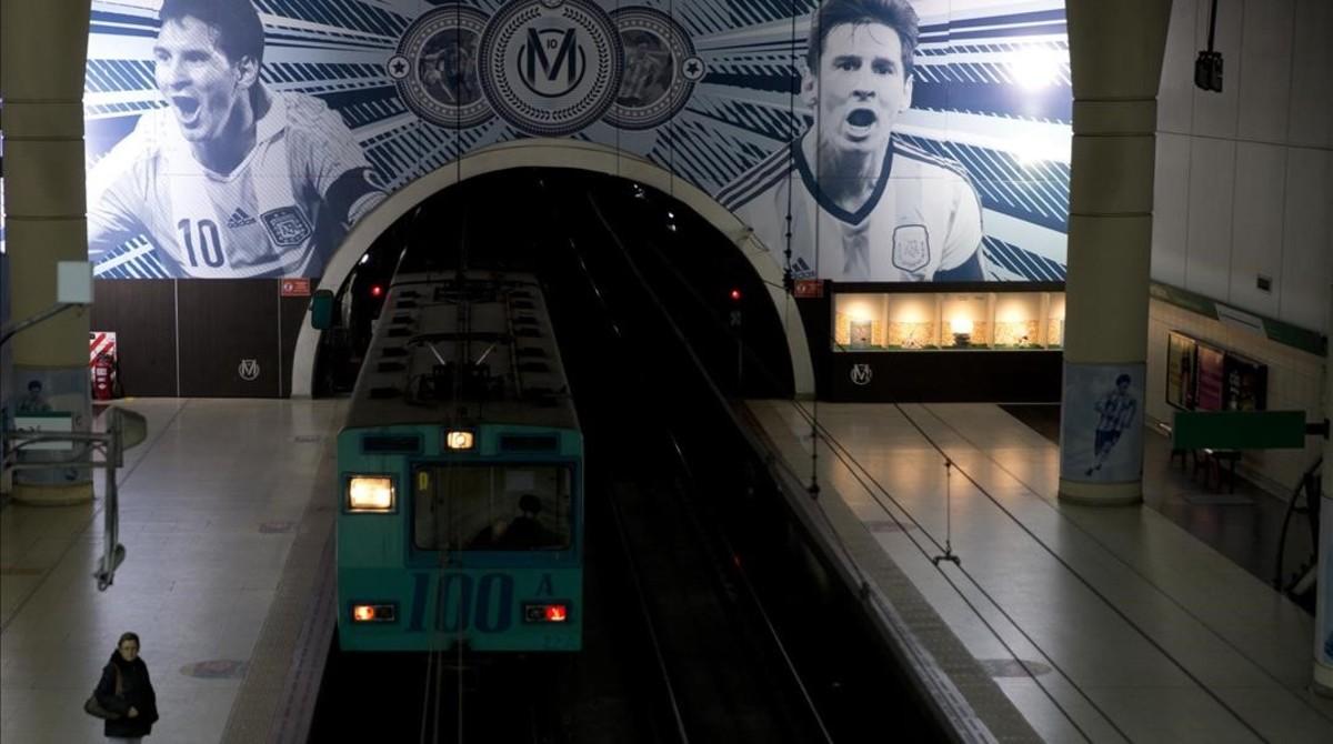 Imagen gigante de Messi en una estación de metro de Buenos Aires.