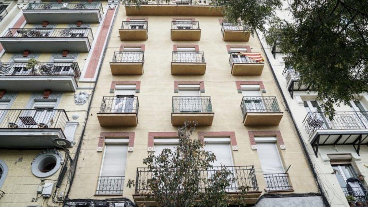 El Ayuntamiento ha ejercido el derecho de tanteo para detener una operación de compraventa entre privados de un edificio de viviendas en la calle de la Ferreria, 26, en el barrio de Sants.