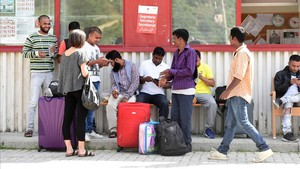 Inmigrantes en el campamento de la Cruz Roja Italiana en Ventimiglia.