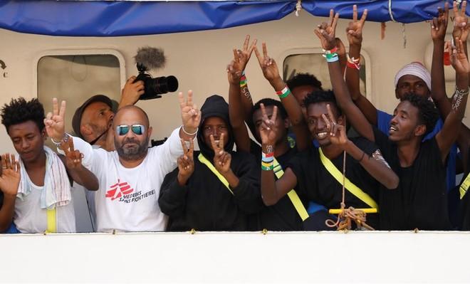 Inmigrantes y miembros de la tripulación del Aquarius celebran su llegada al puerto de La Valeta.
