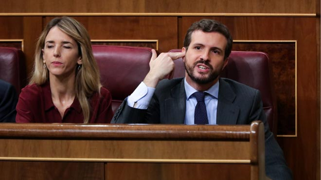 La intervención de Bildu, respondida con gritos de asesinos y terroristas. En la foto, Pablo Casado (PP) gesticula durante la intervención de Mertxe Aizpurua.