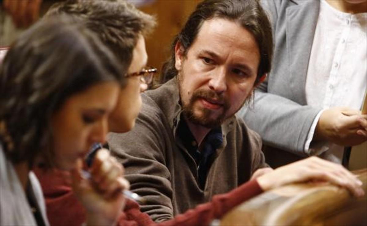 Irene Montero, Iñigo Errejón y Pablo Iglesias, discutiendo en sus escaños del Congreso el pasado 31 de enero.