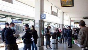 Policías de Reggio Calabria controlan hoya los pasajeros que han llegado en tren desde Roma.