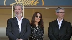 De izquierda a derecha, los productores de Le livre dimage, Fabrice Aragno, Mitra Farahani y Jean-Paul Battaggia, este jueves en el festival de Cannes.