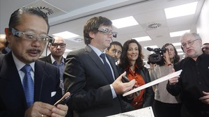 El president de la Generalitat, Carles Puigdemont, y el consul de Japón, Nahoito Watanave, con gafas virtuales en la nueva sede de Epson en Sant Cugat del Vallès.