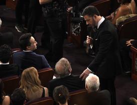 Jimmy Kimmel, de pie, habla con Steven Spielberg.