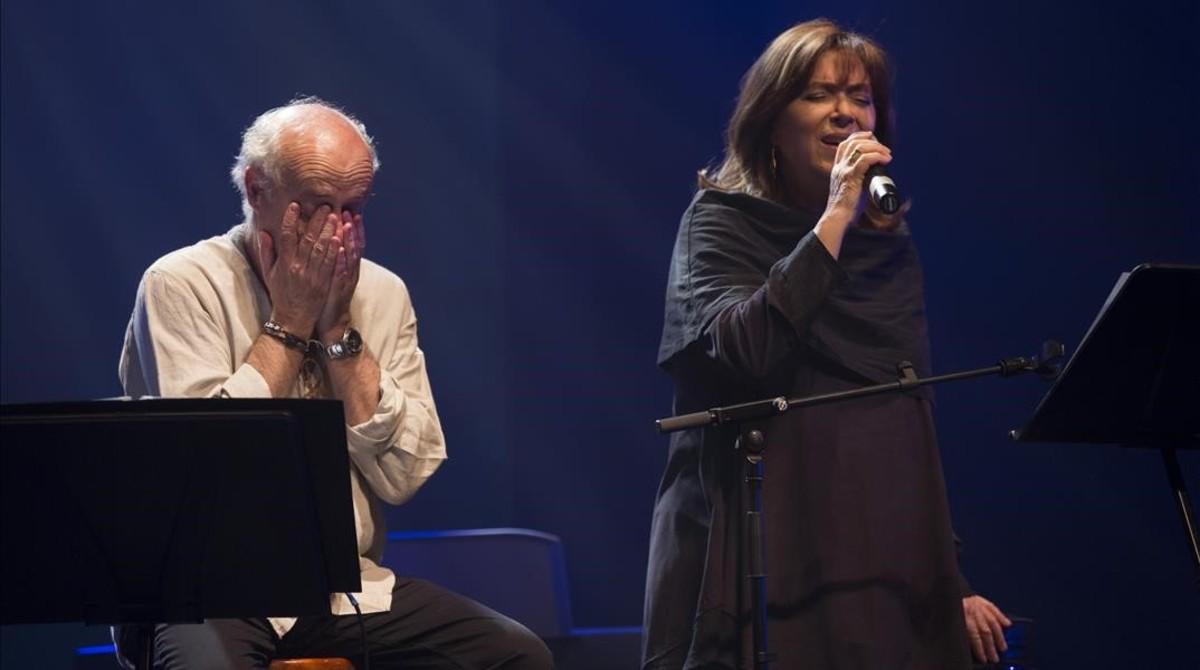 Joan Isaac, emocionado durante la inerpretación de Maria del Mar Bonet.
