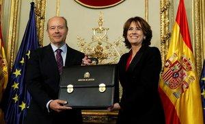 Juan Carlos Campo recibe la cartera del Ministerio de Justicia de manos de Dolores Delgado.