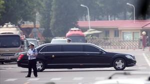 El sedan negro en el que supuestamente viaja el lider norcoreano Kim Jong-un abandona el aeropuerto internacional de Pekín.