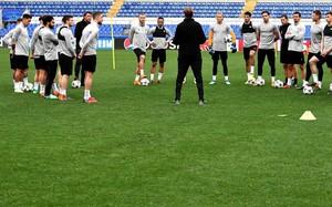 Klopp habla a los jugadores del Liverpool antes del entrenamiento en Roma.