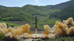 Lanzamiento del misil intercontinental a cargo de Corea del Norte, en una imagen distribuida por Pionyang, el 4 de julio.