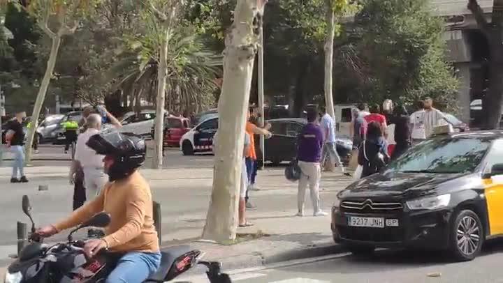 Grupo personas lanza piedras contra marcha independentista en Badalona.