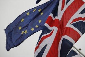 Las banderas del Reino Unido y de la UE ondean juntas en el Parlamento británico, en Londres.